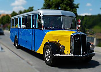 Klassischer Bus der Marke Saurer als Shuttle für eine Hochzeit